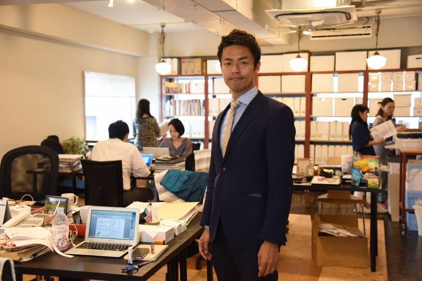 다이치 코누마(Daichi Konuma)는 크로스필즈(Cross Fields)의 공동 설립자이자 CEO이다. 도쿄의 시나가와 워드에 있는 그의 사무실에서 인터뷰 중 포즈를 취하고 있다. 5월 25일 | 사토코 카와사키(SATOKO KAWASAKI)
