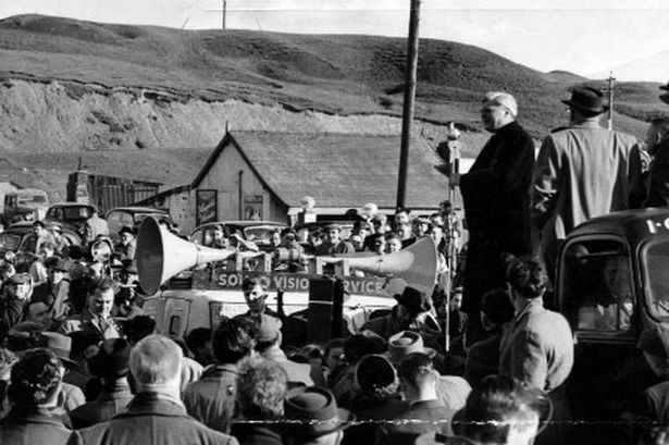 aneurin-bevan-addresses-a-crowd-just-outside-tredegar-in-1960-12732210